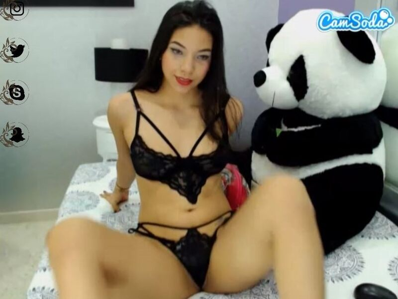 Latina webcam babe on CamSoda