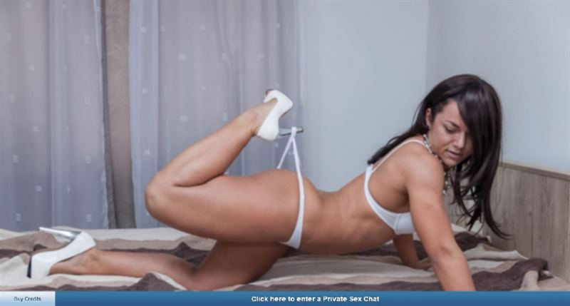 ImLive muscular webcam model showing off her physique